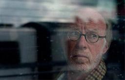 [Foto] Un hombre detrás de la ventanilla de un tren