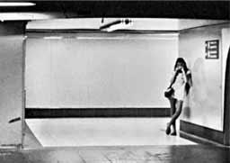 Foto en blanco y negro de un andén de metro