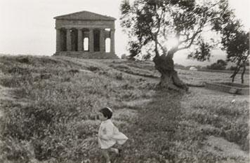 Paisaje mediterráneo a la caída del sol con un templo griego