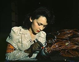 Trabajadora de 1942 comprobando montajes eléctricos