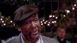 Wendell Pierce canta en la calle, de noche